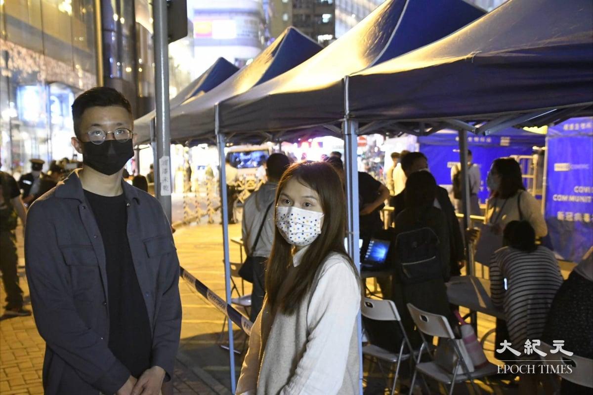 晚上8:35 灣仔區議會主席楊雪盈及副主席麥景星,到景隆街封區現場視察情況。(麥碧/大紀元)