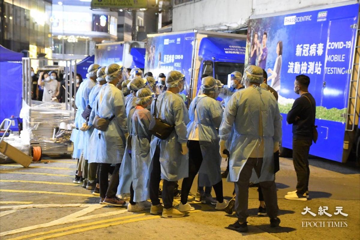 晚上9時,大量穿著保護衣人員抵達現場。(麥碧/大紀元)