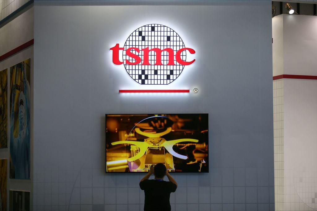 研調機構IC Insights分析,在5年內,各國政府至少每年得投入300億美元,才有機會趕上與台積電及三星的技術。(STR/AFP via Getty Images)