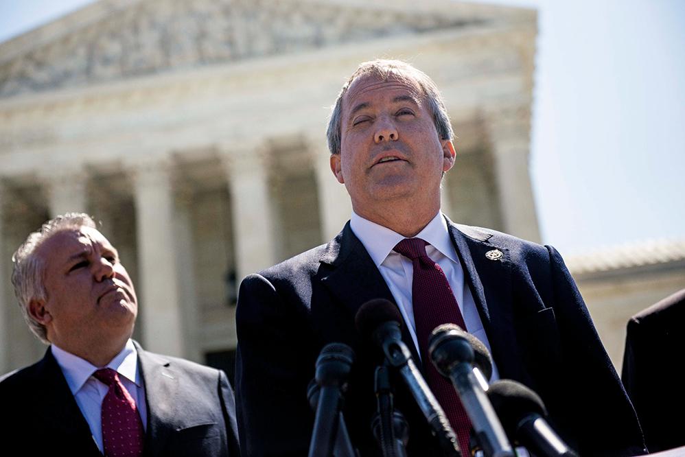 2016年6月9日,德薩斯州總檢察長肯帕克斯頓(Ken Paxton)在最高法院外的記者會上發言。 (Gabriella Demczuk/Getty Images)