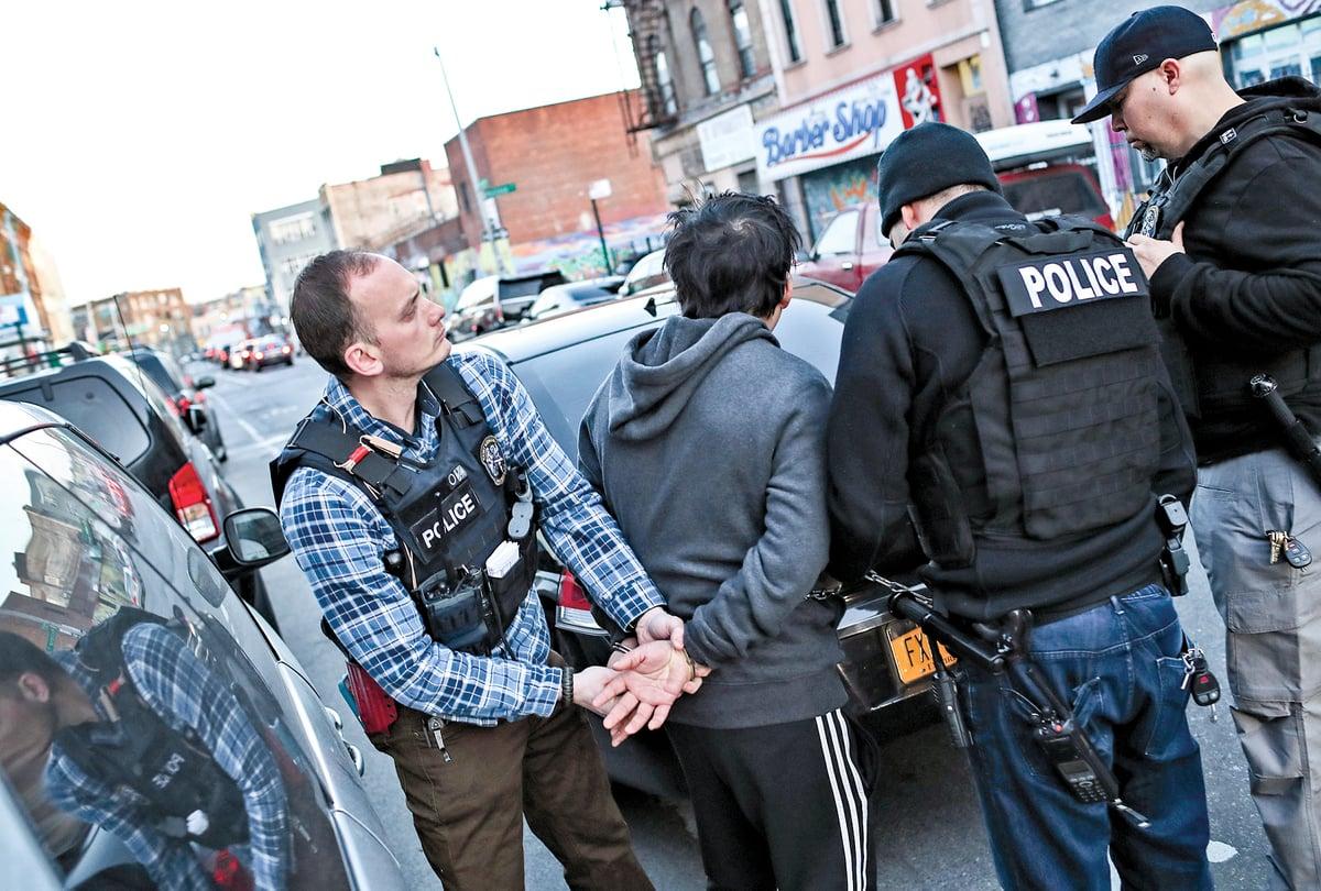 2018年4月11日,美國移民暨海關執法局(ICE)官員在紐約布魯克林行動中拘捕一名墨西哥無證非法移民。(Getty Images)