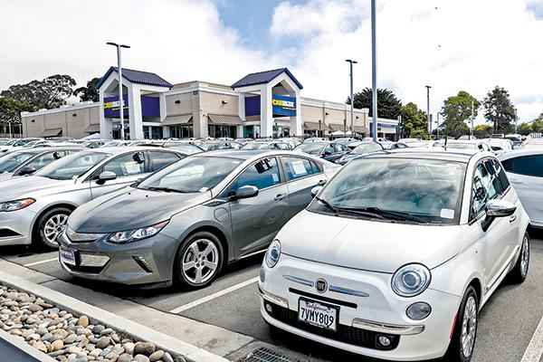 2月汽車銷售下滑幅度最大。圖為加州的一個 CarMax 二手車銷售點。(Getty Images)