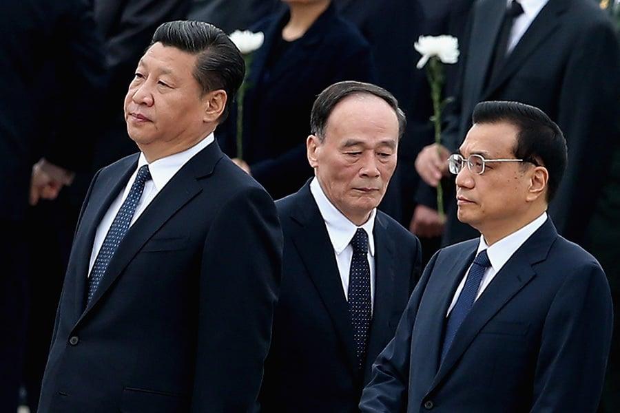 習近平(左)在上屆任期內,與總理李克強(右)、中紀委書記王岐山(中)在反腐打虎方面有良好配合,現他們三人分任中共中央外事委前三把手。(Feng Li/Getty Images)