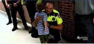 開學首日 美20警察陪伴殉職同事幼子上學