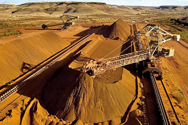 西澳Pilbara地區一台取料機正在裝載鐵礦石。(Christian Sprogoe/AFP via Getty)