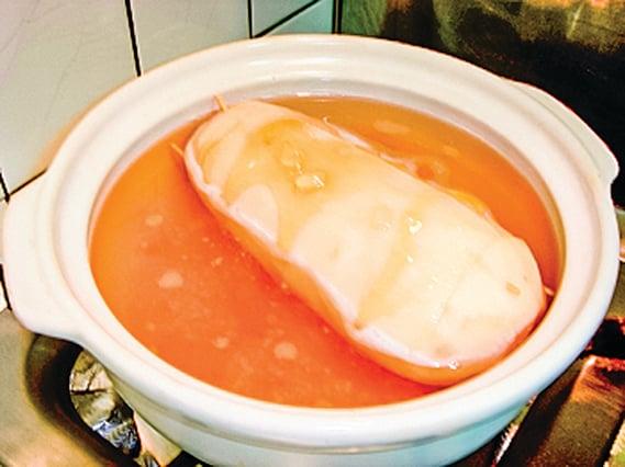 蓮藕放入鍋中,加入水和冰糖一起熬煮。(攝影/林秀霞)
