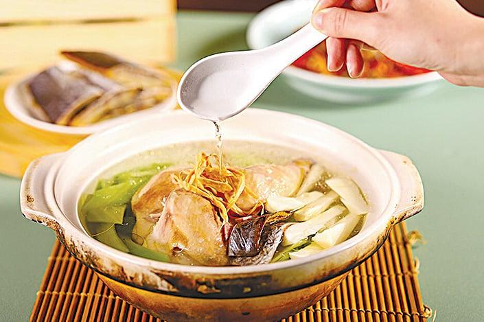 「芥菜鰻鯗蛤蜊童仔雞湯」是一道頂級湯品。