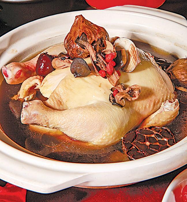 暖心又暖胃的「黑蒜蕈菇雞湯」。