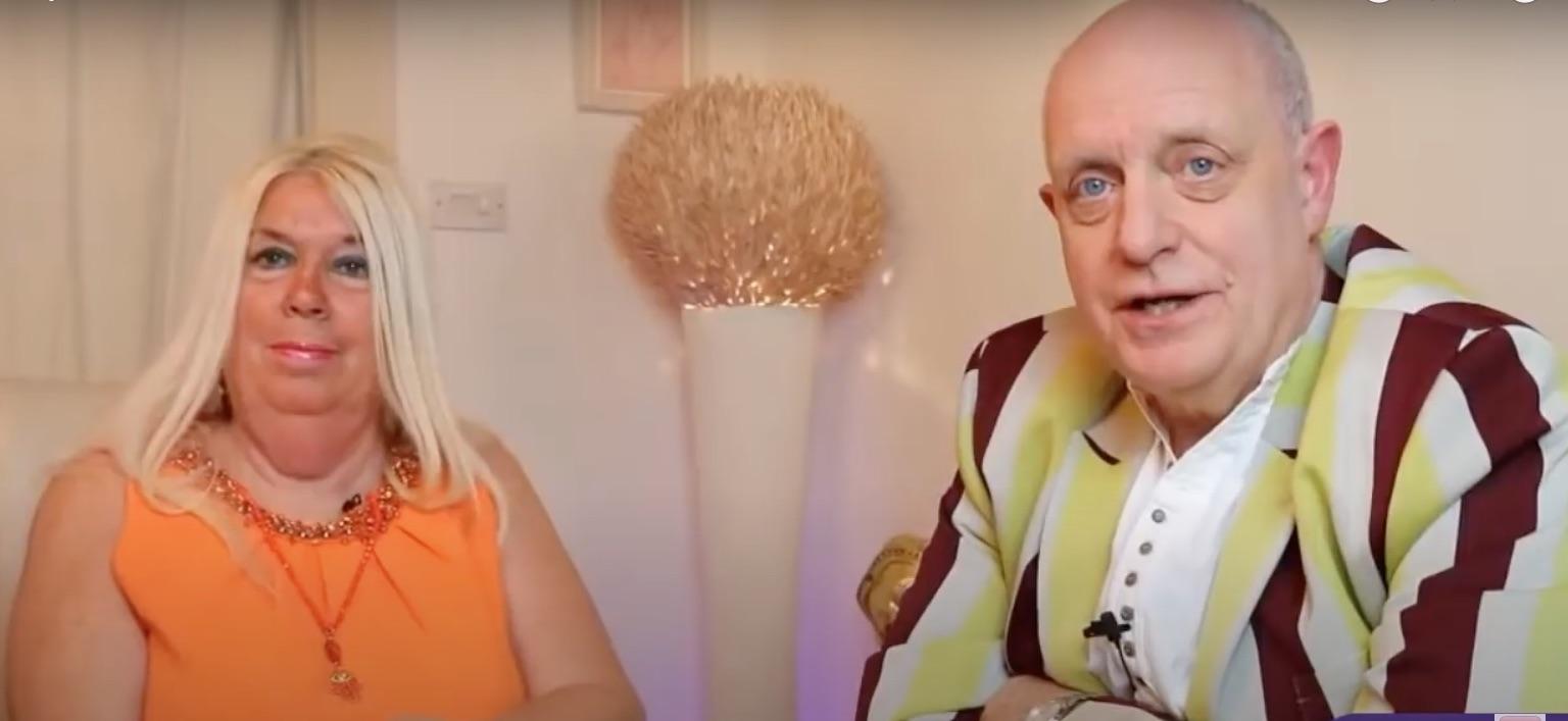英國知名通靈師克雷格·咸美頓-帕克從小就可以看到別人頭上的光環,他的太太Jane也非常有靈性,夫妻之間存在著一種通靈的感應。圖為2021年1月9日帕克夫婦舉行的Q&A影片直播。(影片截圖)