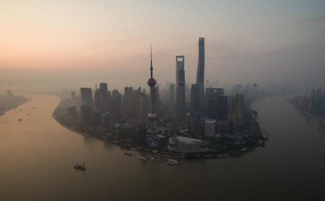 《彭博》報道,2021年來中國債券違約總額約100億美元,地產債就佔約20%。圖為上海。(JOHANNES EISELE/AFP)
