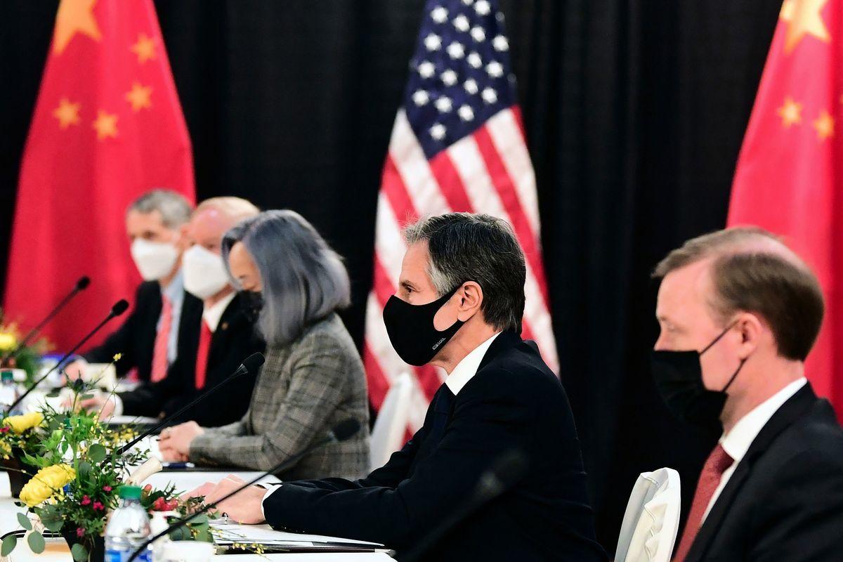 中美高層會談於18日在美舉行,首輪會晤期間,美國國務卿布林肯(右二)直指中國人權問題,並表明深切關注中國對新疆、香港和台灣的所作所為。(FREDERIC J. BROWN/POOL/AFP )