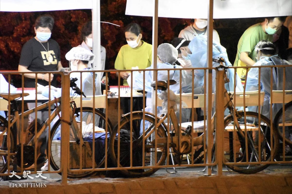 晚上9:30,陸續有市民到樓下點測站進行檢測。(麥碧/大紀元)