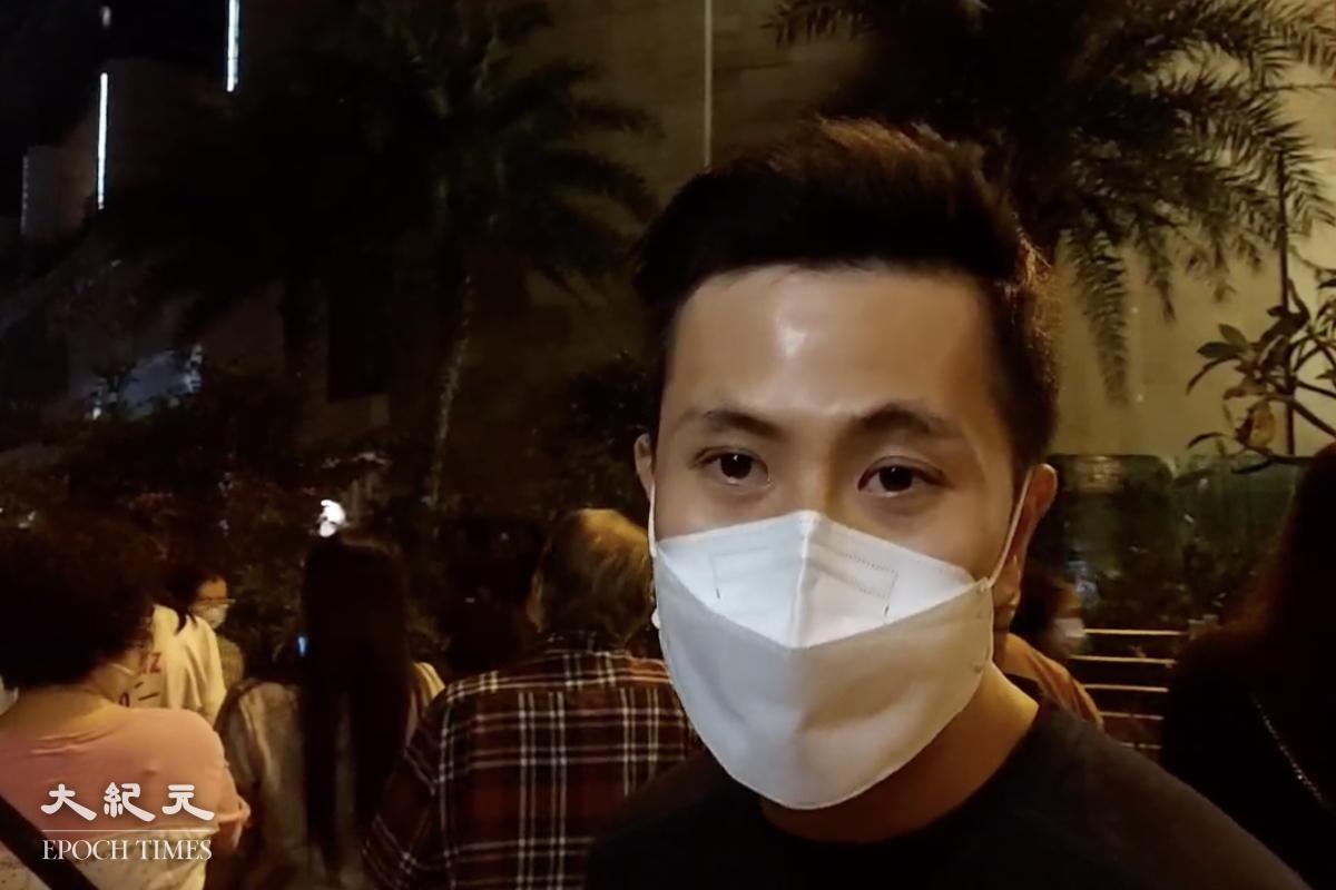 晚上9:55,住戶吳先生接受媒體採訪時,表示希望當局可以提早通知居民,目前要靠居民互相之間通知,比較混亂。(麥碧/大紀元)