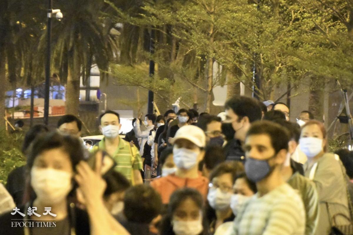 晚上10點,排隊檢測的居民大概有一百人。(麥碧/大紀元)