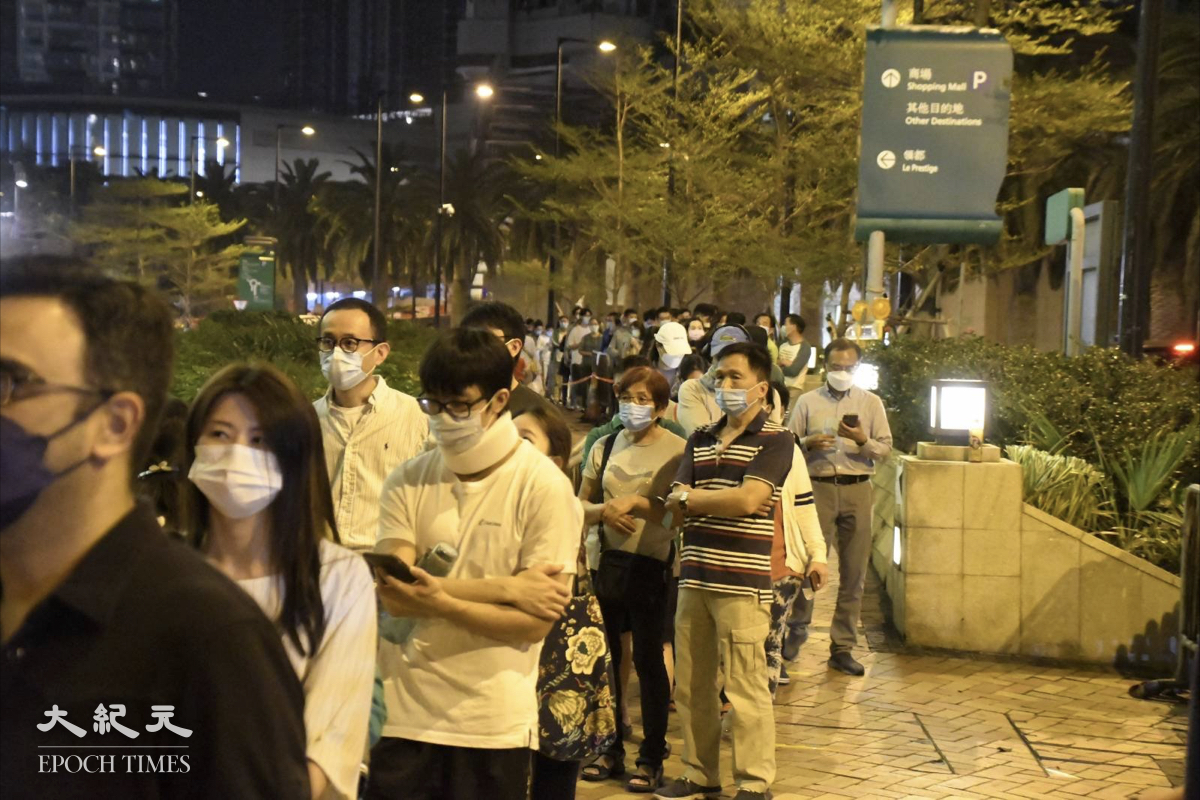 晚上10:10,大概有一百多名居民排隊檢測。(麥碧/大紀元)