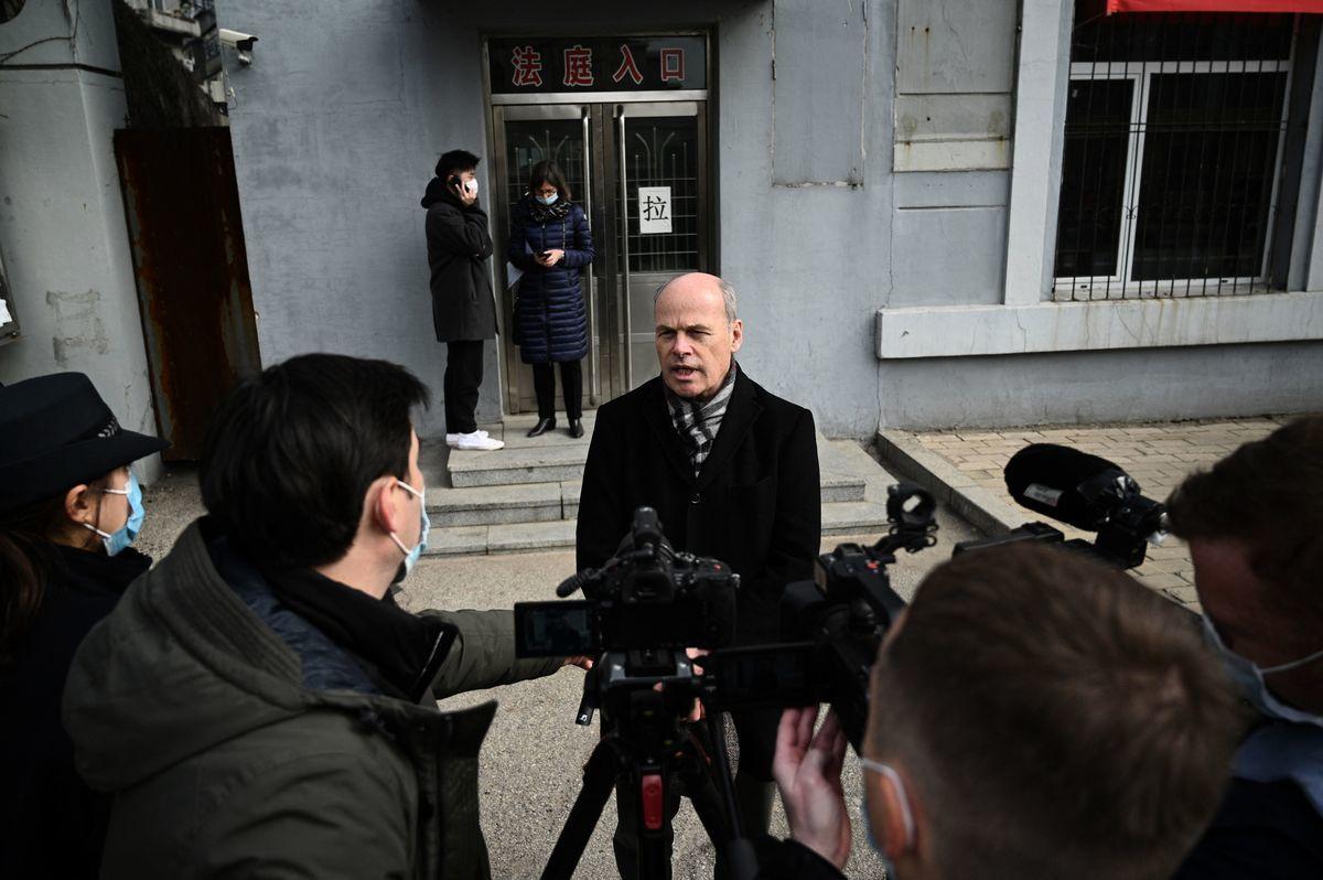 加拿大駐華使館臨時代辦倪傑民向在場記者表示,對中方不准旁聽及缺乏透明度的做法感到失望。(NOEL CELIS/AFP via Getty Images)