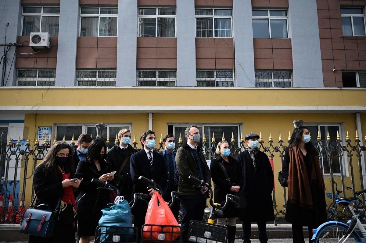 斯帕弗19日於遼寧省丹東市中級人民法院受審,加拿大及美、英、法、澳、荷蘭、丹麥等國約10名駐華外交人員在法院外等候入庭旁聽,但最終未獲准進入法庭。(NOEL CELIS/AFP via Getty Images)