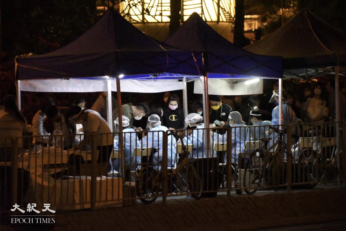 晚上10:30,居民在藍色帳篷的檢測情況。(麥碧/大紀元)