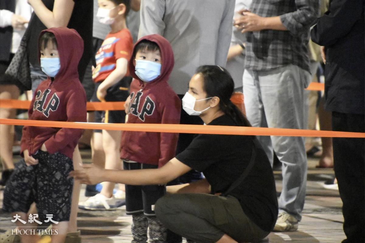 晚上11點,還有很多居民帶著兒女排隊等檢測。(麥碧/大紀元)