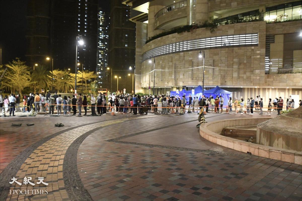 夜晚11點,記者目測,大概有200人在排隊等檢測。(麥碧/大紀元)