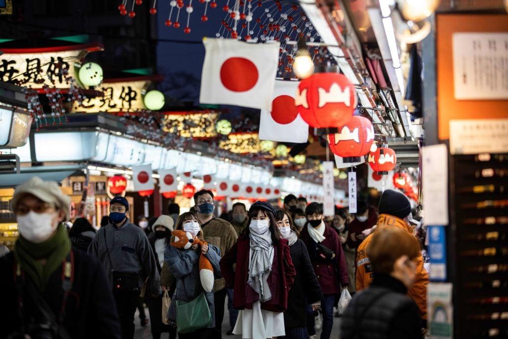 日本今(3月10日)公佈消費者物價指數,2月按年錄得通縮0.4%。(BEHROUZ MEHRI/AFP via Getty Images)