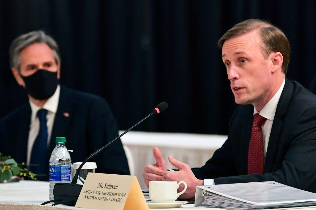 周四(3月18日),中美高層官員在阿拉斯加展會會談,雙方官員言辭交鋒,火藥味十足。在首日會談後,中國股票周五(3月19日)大跌。圖為出席會談的美國國家安全顧問沙利文(Jake Sullivan)。(Photo by FREDERIC J. BROWN/POOL/AFP via Getty Images)