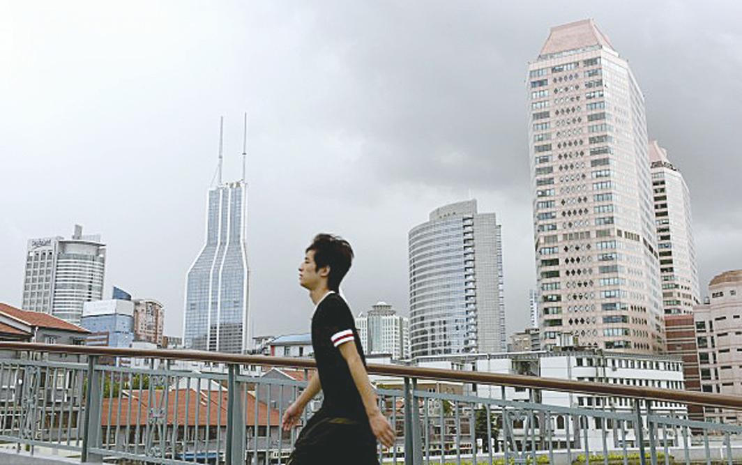 在高槓桿的帶動下,大陸房價一路高歌。圖為上海市一街景。 (PHILIPPE LOPEZ/AFP/Getty Images)