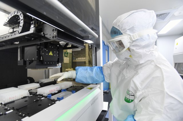 華大基因實驗室示意圖(STR/AFP via Getty Images)