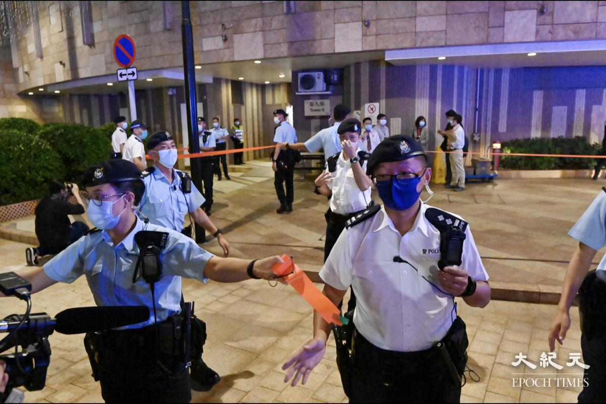 大批警員在現場拉起封鎖線。(碧龍/大紀元)