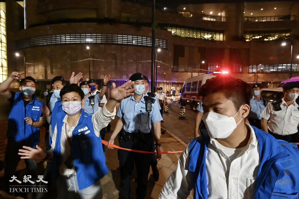 大批警員在現場放置雪糕筒並拉起封鎖線。(碧龍/大紀元)