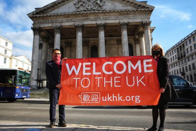 UKHK.org創辦人Krish Kandiah(左)與倫敦教區主教歡迎持BNO港人來英。(Christian Today)