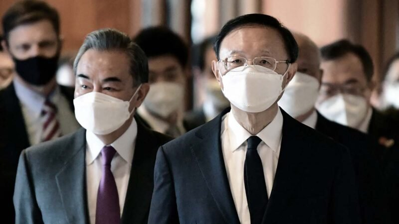 2021年3月18日,中共中央外事辦主任楊潔篪(右)和外交部長王毅(左)在美國阿拉斯加出席美中外交高層會晤。(FREDERIC J. BROWN/POOL/AFP via Getty Images)