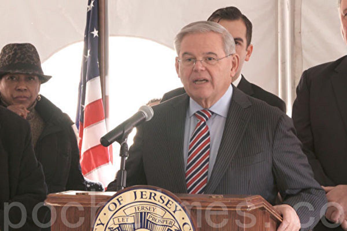 聯邦參議員羅伯特‧梅嫩德斯(Robert Menendez)在集會上發言。(韓瑞/大紀元)