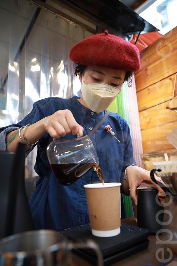 咖啡師Mon手沖咖啡時尤其專注,她凝望著咖啡壺,聆聽咖啡滴落的聲音,沉浸在咖啡瀰漫的香氣中。(陳仲明/大紀元)