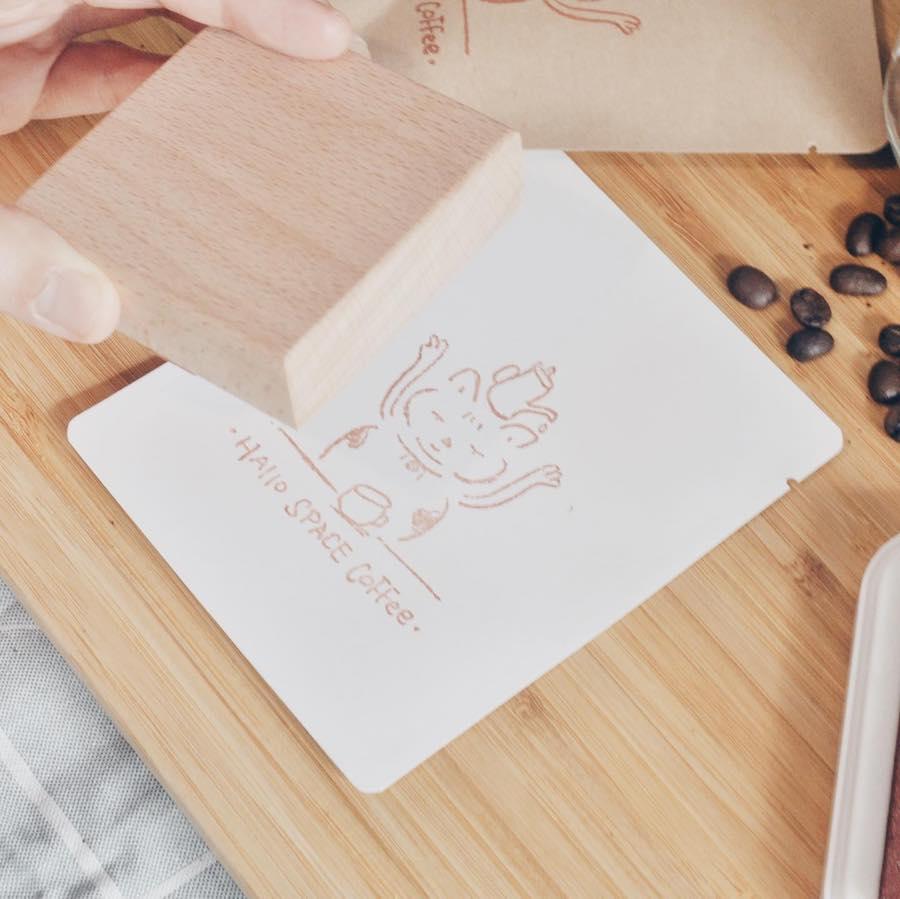 以流浪貓「肥威」為設計原型的咖啡設計標誌。(受訪者提供)