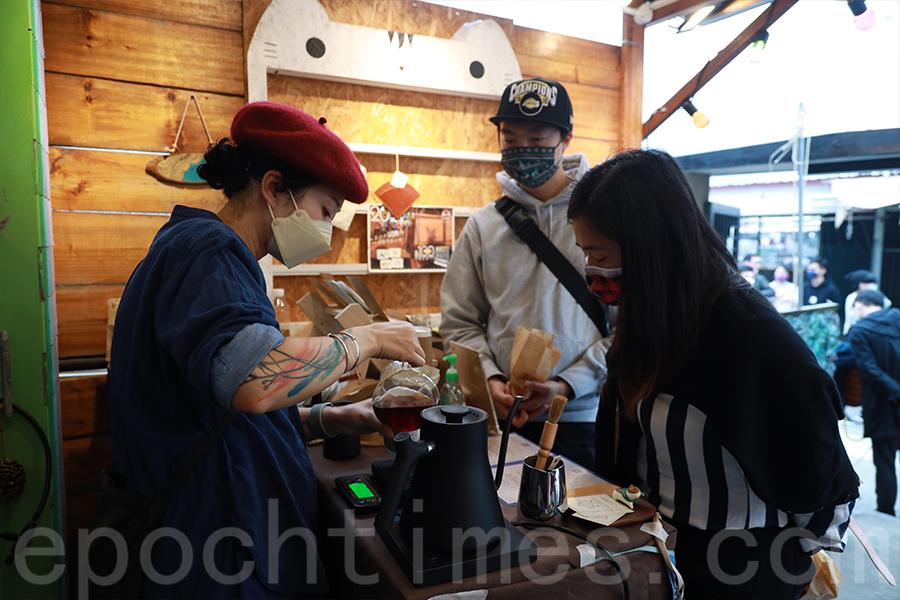 Mon在大澳聖誕市集中為客人提供手沖咖啡。(陳仲明/大紀元)