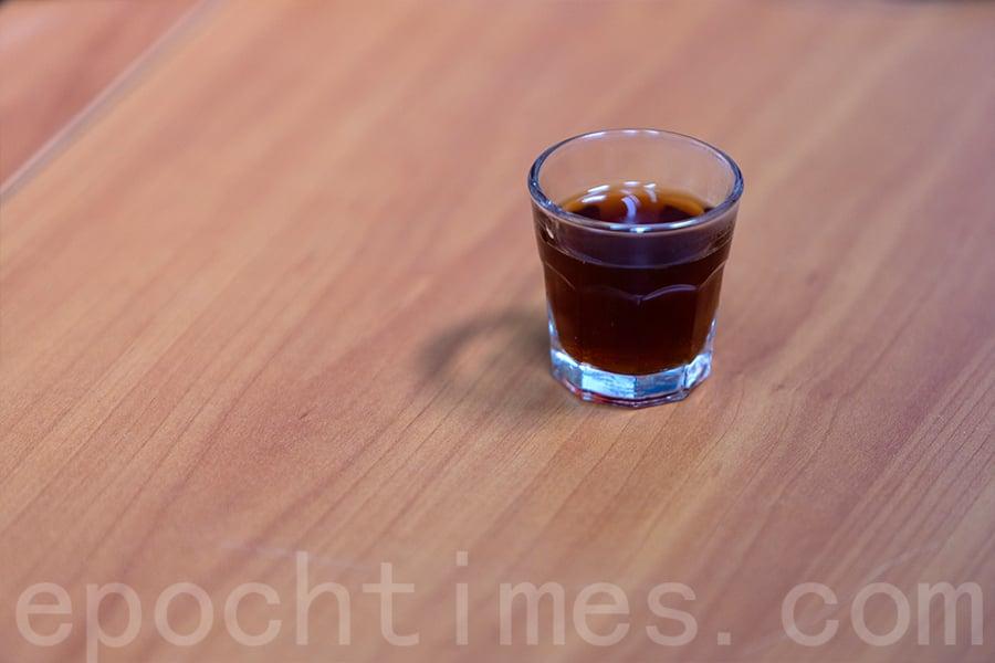 一杯手沖咖啡大功告成。(陳仲明/大紀元)