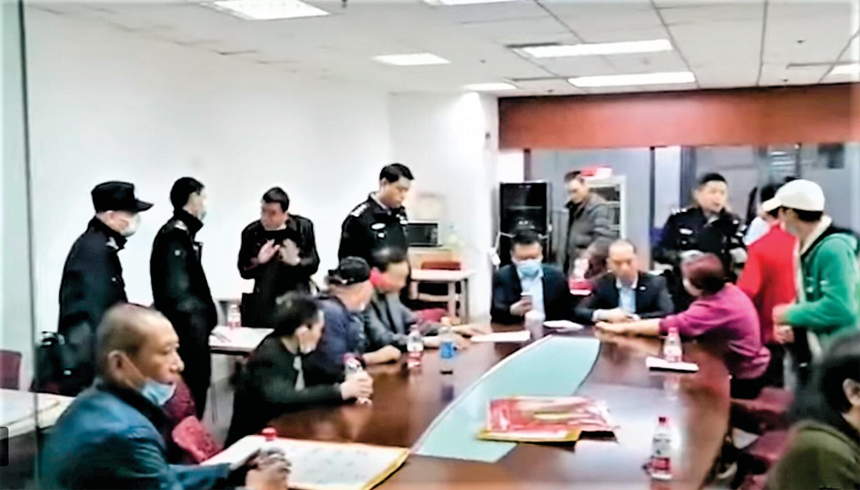 重慶市被非法停發退休金、工齡清零的百姓,到政府相關部門維權。(視頻截圖)