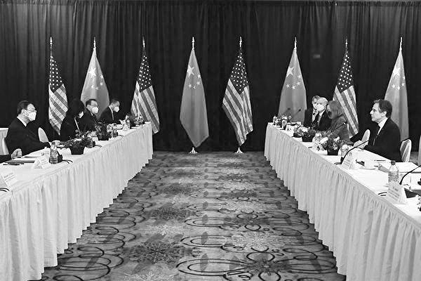 週四(3月18日),美國國務卿安東尼·布林肯(Antony Blinken)和國家安全顧問傑克·沙利文(Jake Sullivan)在阿拉斯加會晤中共最高外交官楊潔篪和外交部長王毅。布林肯和楊潔篪公開交鋒,互不相讓。(Photo by Frederic J. BROWN / POOL / AFP)
