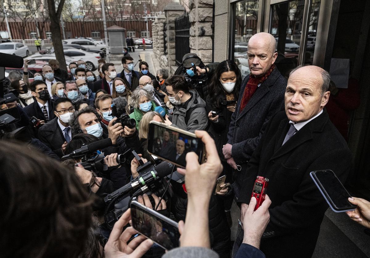 加拿大前外交官康明凱(Michael Kovrig)今日在北京第二中級人民法院受審,26名駐華使館的外交官今早到法院要求旁聽,但北京以案件涉國家機密而拒絕。(Kevin Frayer/Getty Images)