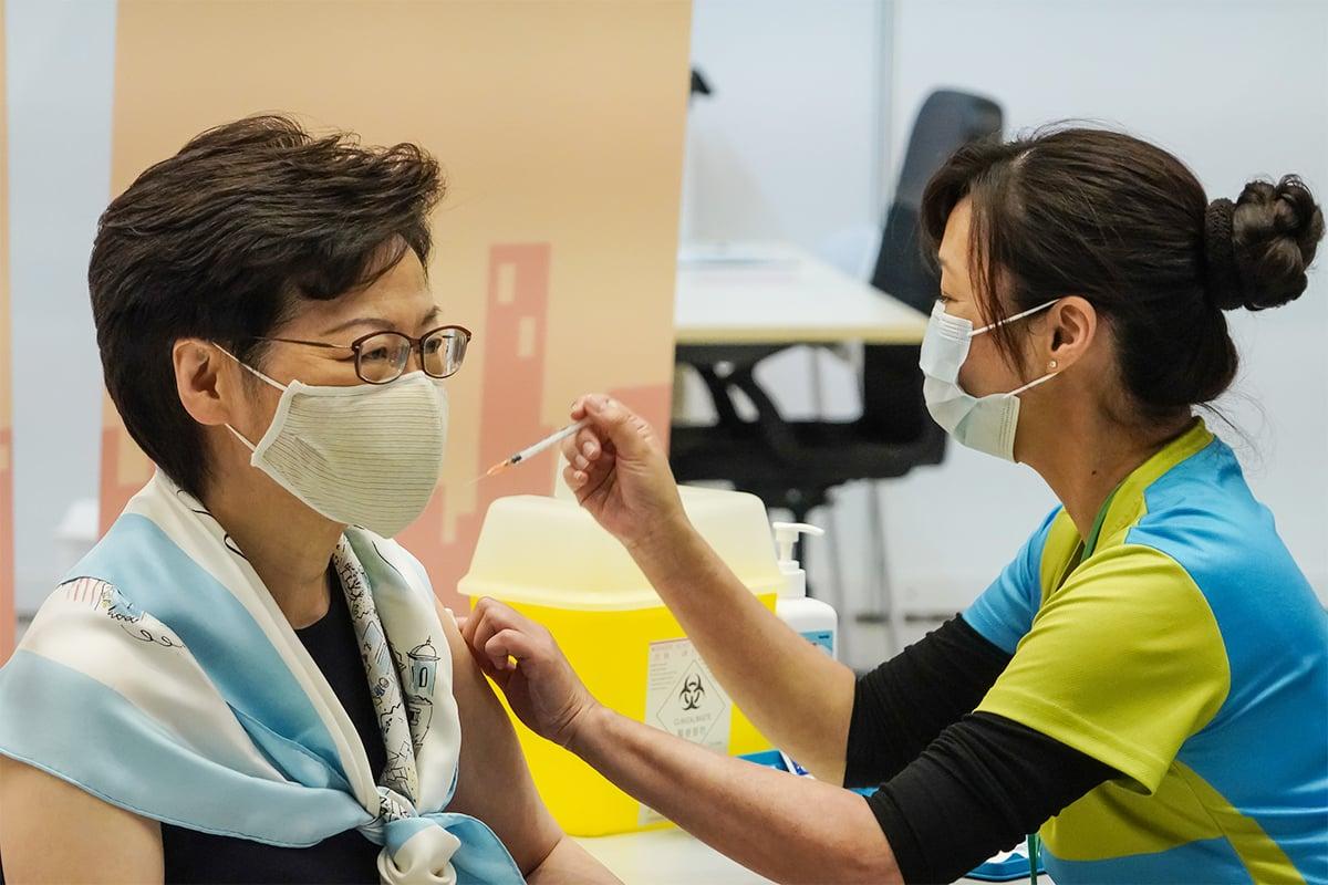 特首林鄭月娥昨日率一眾司局長接種第二劑「科興」疫苗。(余鋼/大紀元)