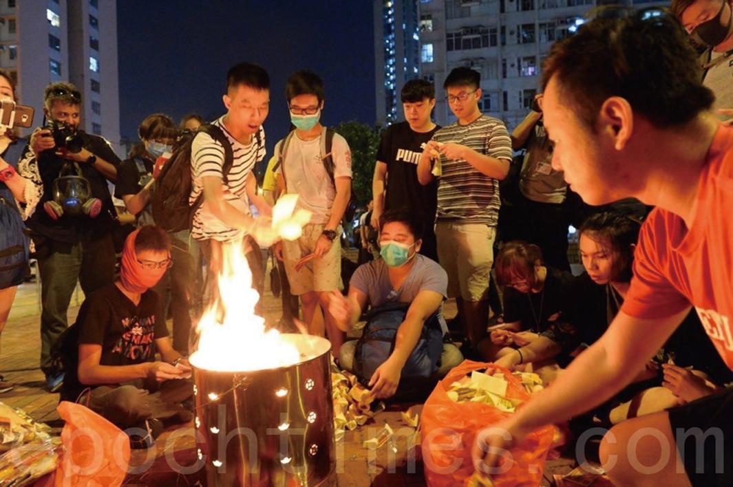 2019年8月9日,黃大仙超幽佈施祈福除惡晚會燒冥錢。(宋碧龍/大紀元)