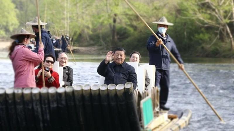 習近平與妻子22日在福建武夷山,乘坐竹筏游九曲溪。(影片截圖)