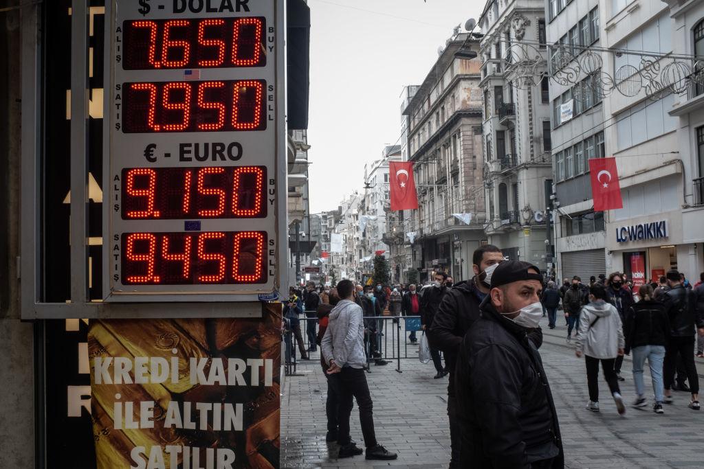 當地3月22日,土耳其股匯兩市大崩潰,跌逾8%。(Photo by Chris McGrath/Getty Images)
