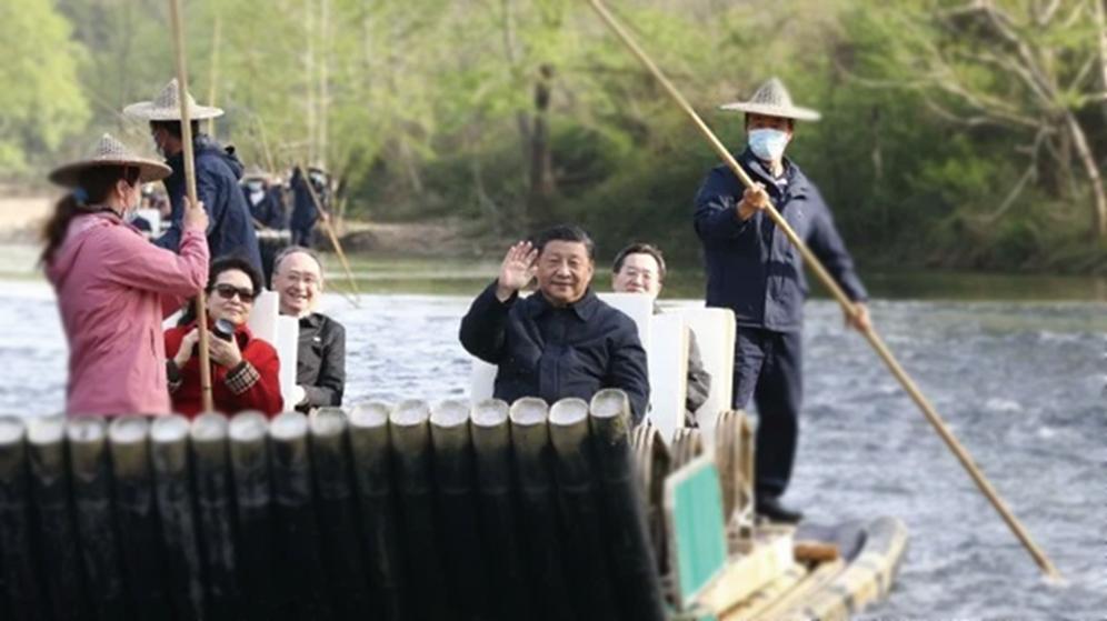 習近平與妻子22日在福建武夷山,乘坐竹筏遊九曲溪。(影片截圖)