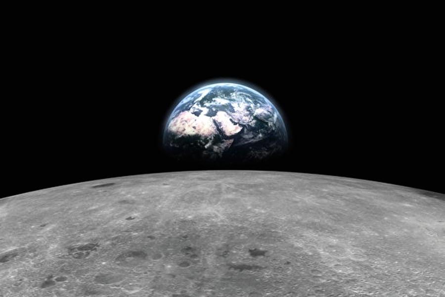 在月球背面看地球緩緩升起