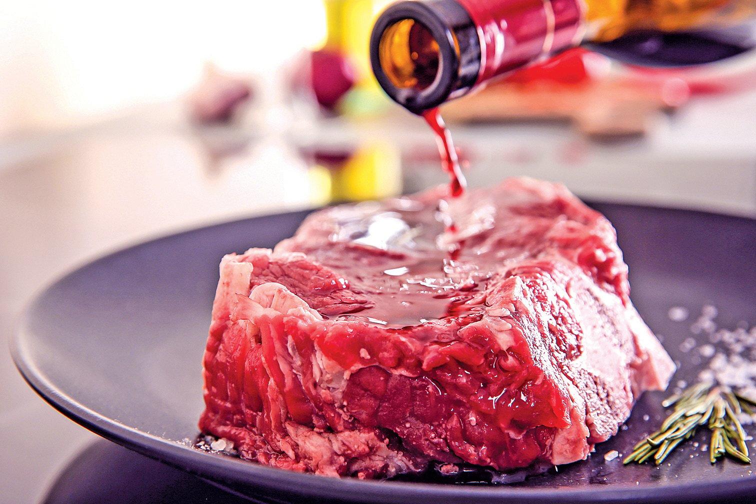 肉可以用紅酒醃過再烹調。