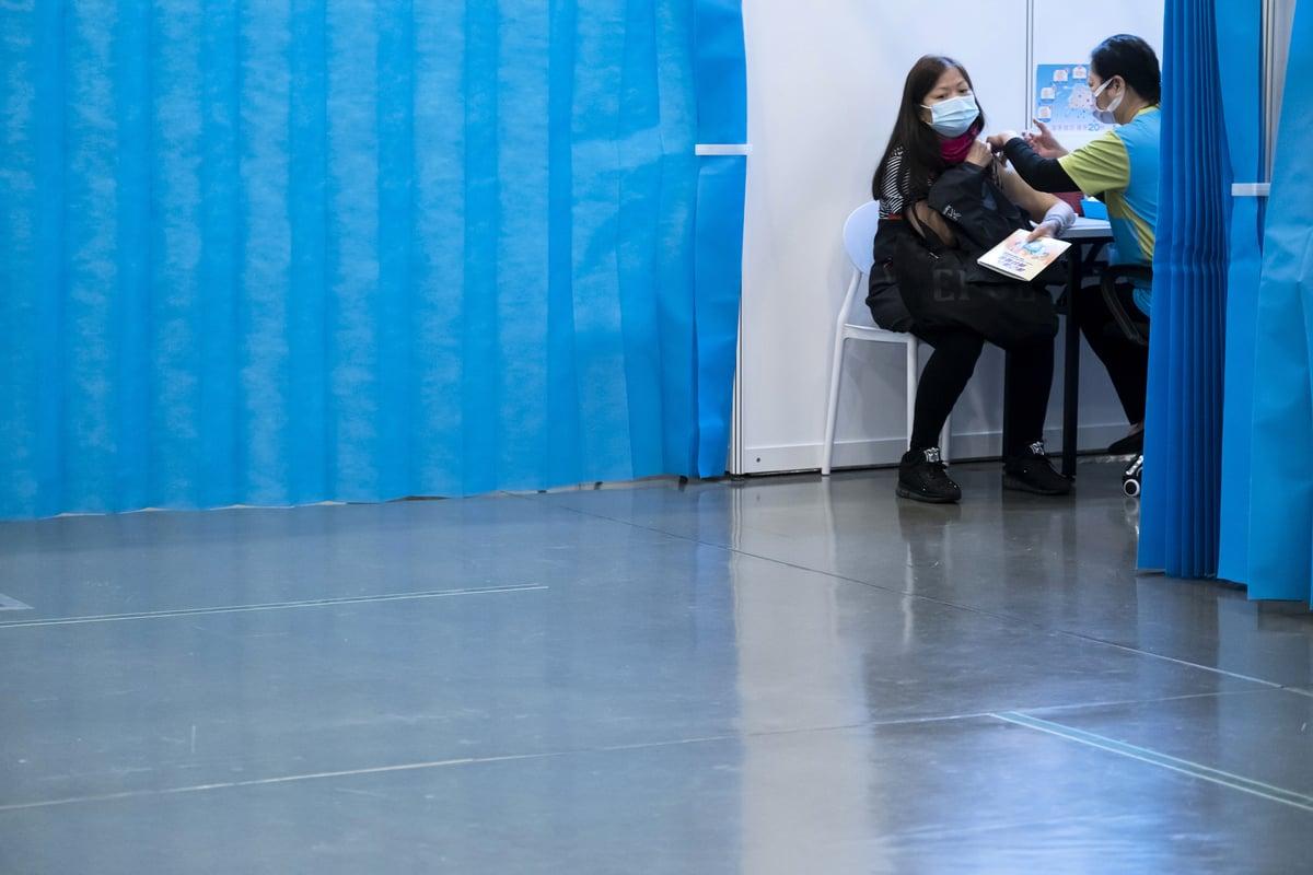 香港新冠疫苗臨床事件評估專家委員會昨天(24日)公佈,再多兩宗涉及中國科興疫苗的死亡個案,迄今累計10宗相關死亡病例。圖攝於3月23日,一名香港市民在疫苗中心接種疫苗。 (Paul Yeung /Pool/Getty Images)