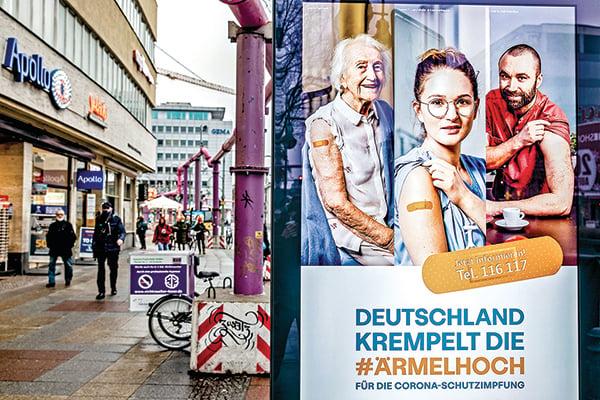 德國柏林街上電子看板顯示的疫苗接種宣傳畫面。(Getty Images)