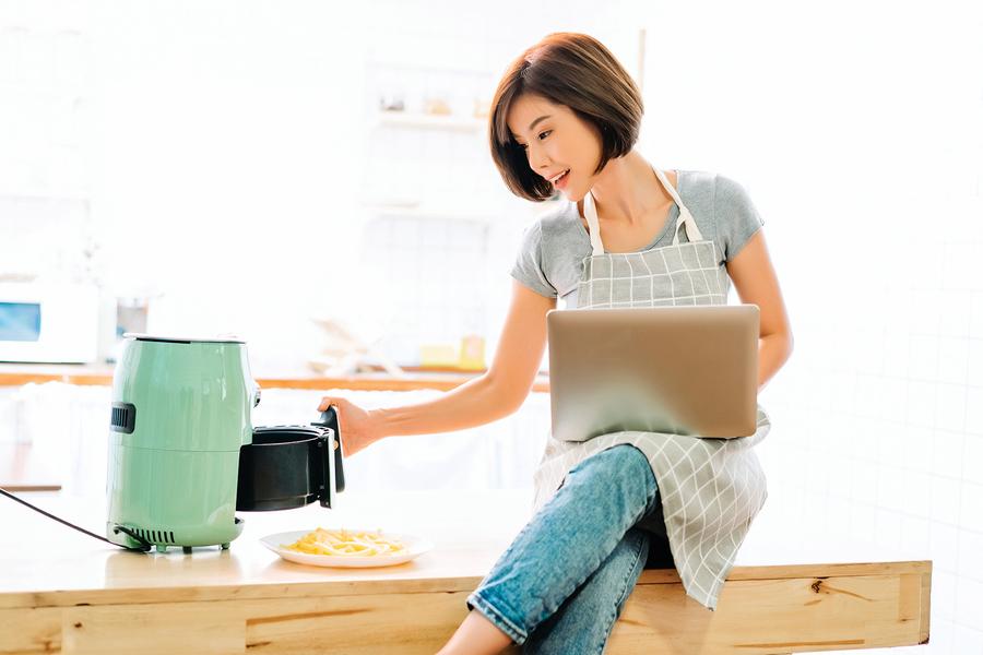 氣炸鍋是廚房利器,能烹煮各種料理。掌握四個清洗秘訣